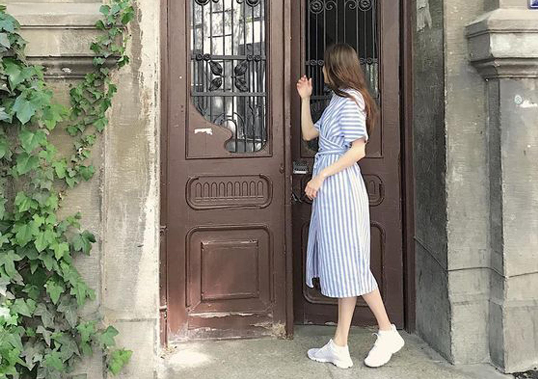 Как и зачем носить платья с кроссовками